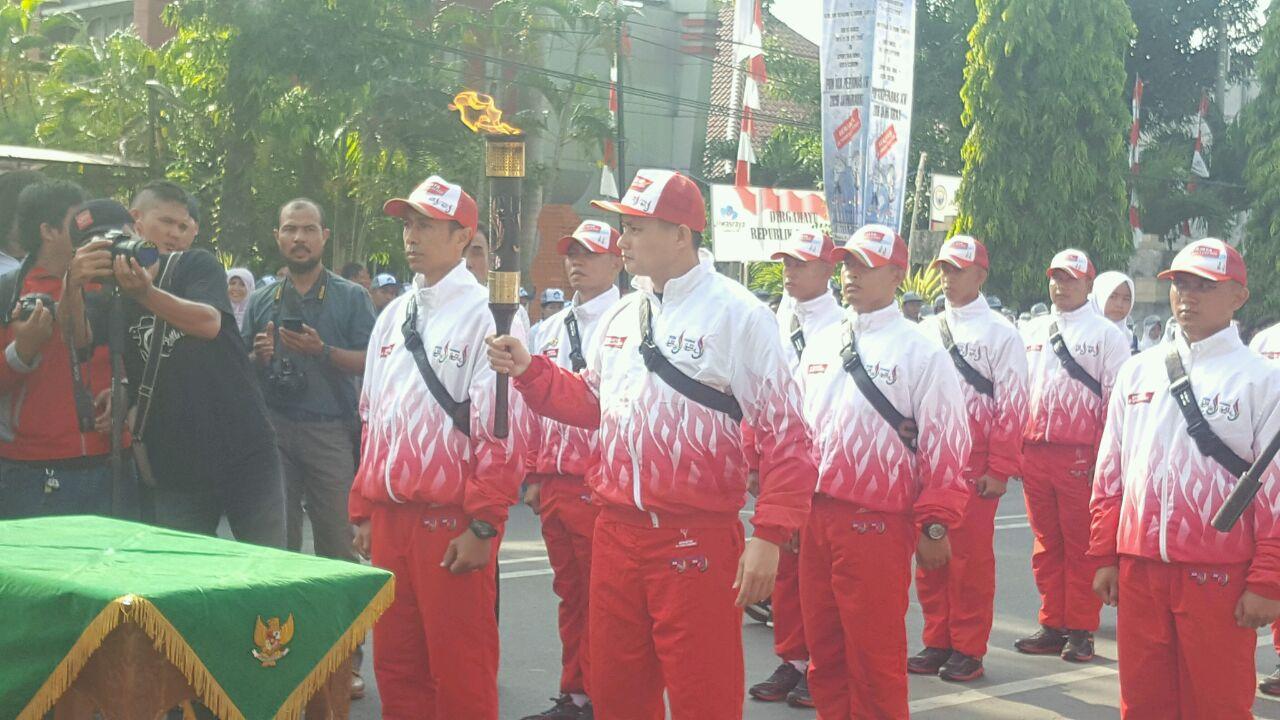 Candra Wijaya Menerima Kehormatan Membawa Api Pon XIX